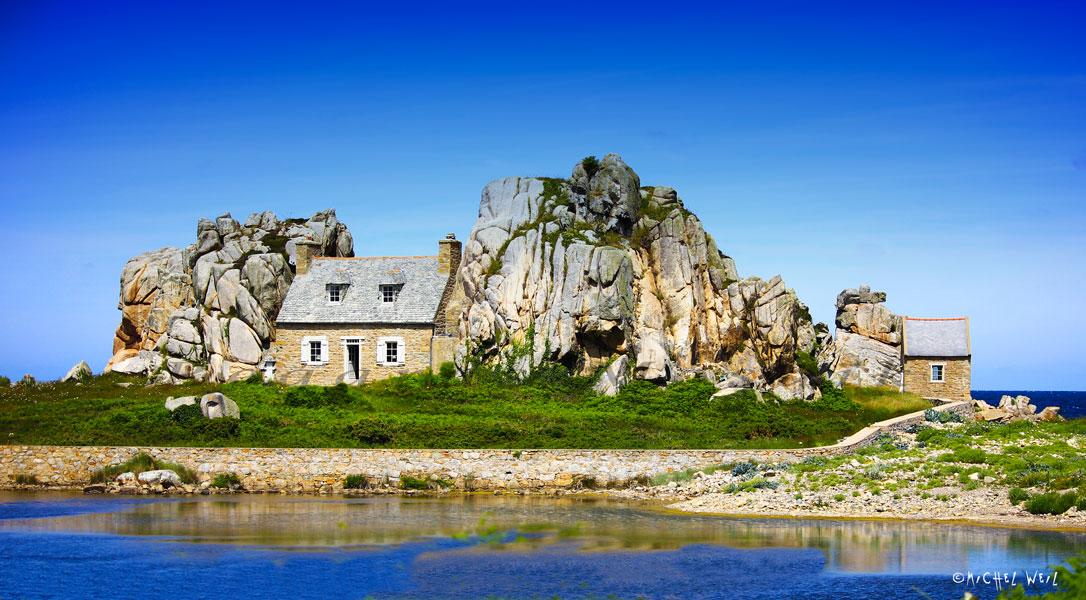Castel-Meur. La petite maison entre les rochers.